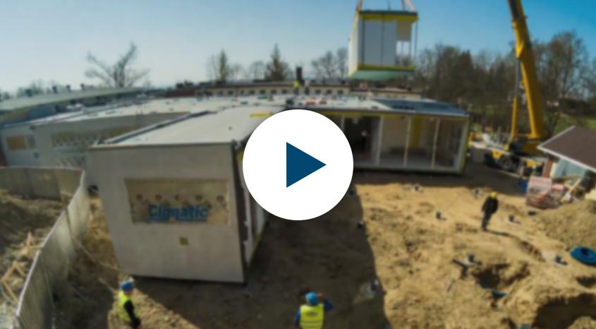 Film timelapse z montażu modułów budowlanych