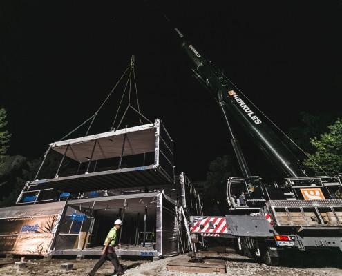 Nocny montaż prefabrykowanego budynku modułowego