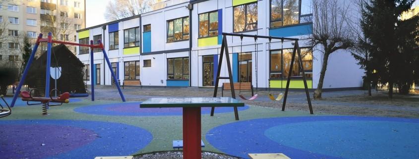 Plac zabaw przedszkola oraz tylna elewacja