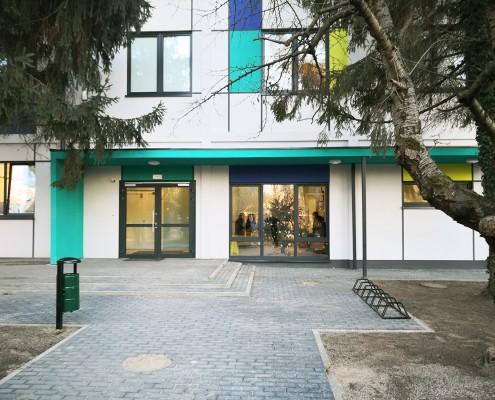 Przednia elewacja budynku przedszkola modułowego