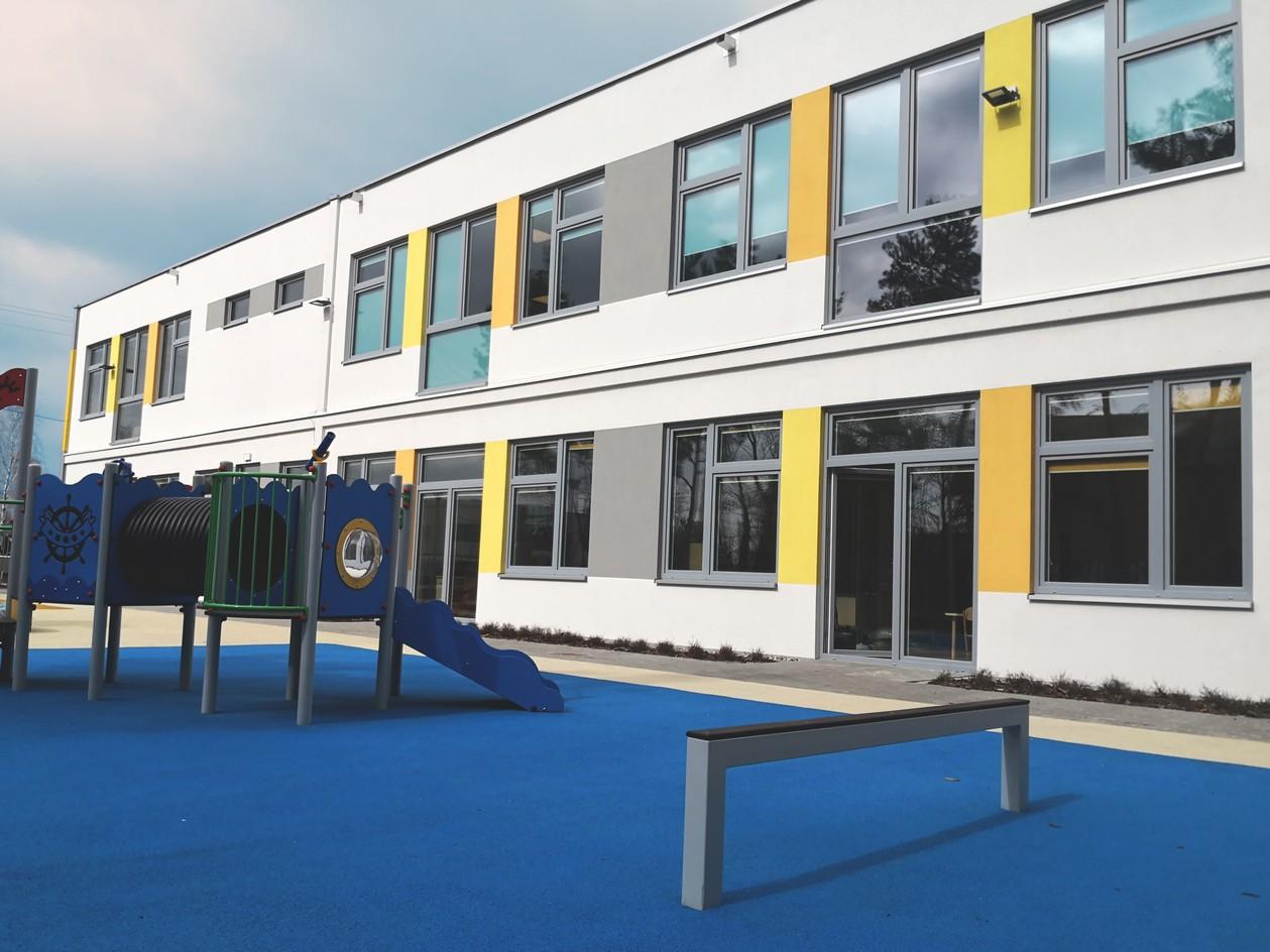 Budynek szkoły podstawowej/przedszkola przy ul. Okólnej w Markach gotowy do przyjęcia dzieci