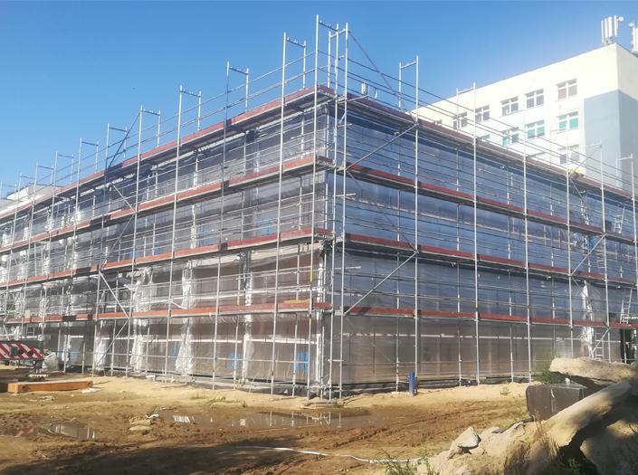 Montaż modułowej rozbudowy szpitala w Sieradzu